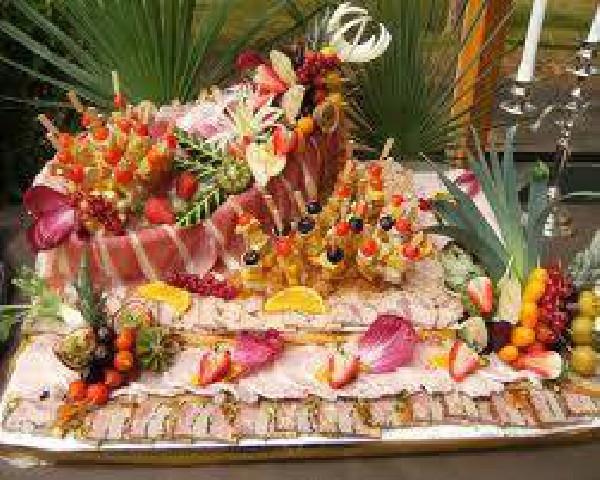 Une de nos pi&egrave;ces pour buffet froid - M&eacute;li-M&eacute;lo de charcuteries et fruits exotiques frais.<br /> Un d&eacute;lice pour les yeux et le palais - Inclus dans le buffet de Mariage.
